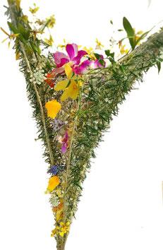 幾本もの松葉の隙間から、蘭の花々が軽やかに咲いている様子を表現しています