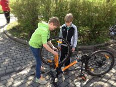 Julius half beim Flicken des Fahrrads