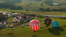 Um 19:35 Uhr starten die ersten Ballons vom Startplatz auf der Festwiese in der Abendsonne in den Himmel. © Copyright by Olaf Timm