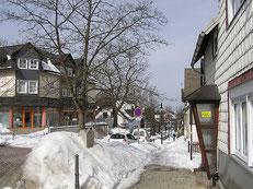 Hohe Schneeberge in den Straßen