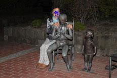闇の彫刻に背後霊?