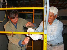 竹組みのシロ縄結びを棟梁が説明