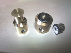 新しく作った真鍮製プーリーと旧ギア