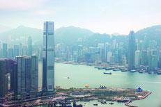 Das berühmte Ritz Carlton Hochaus in Hongkong mit Rooftop Bar mit Ausblick auf die Skyline.