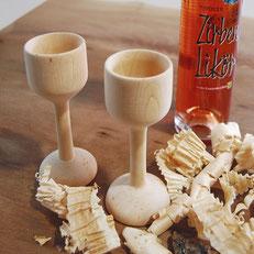 Zirbenlikör und 2 Becher aus Zirbenholz