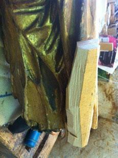 Sculpture du bois pour qu'il épouse la forme de la robe