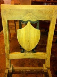 Ponçage de la chaise et laque noire sur les pièces reconstituées