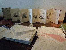 和紙を作る工程を版画で表した豆本