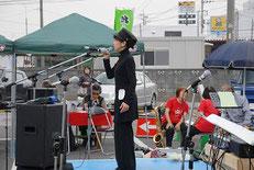 炊き出しの前にシャンソン歌手の池澤美佳さん!力強く美しい歌声に会場がうっとり♪