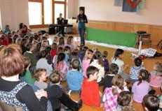 Die Kinder- und Familienkonzerte, stets von Walter Gysel am Piano musikalisch begleitet, motivieren die Kinder zum Mitsingen und Mitmachen.