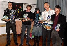 Jacqueline Rubli (mitte) bedankt sich bei ihren Hauptakteuren, welche zum Gelingen beigetragen haben. v.l. Mathias Gysel (CD Gestaltung) Martin Vollmeier (Buchgestaltung), Walter Gysel (musikalische Gestaltung) und Verleger Martin Kappeler vom Rex Verlag.