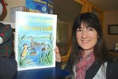 Jacqueline Rubli mit CD vor Buchhandlung