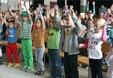 mitmachende Kinder im Publikum