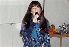 Singend eröffnete Buchautorin Jacqueline Rubli die Vorstellung ihres Sing- und Erzählbuches.