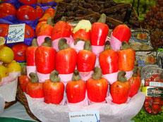 カジュという果物。(カシュナッツの実です)