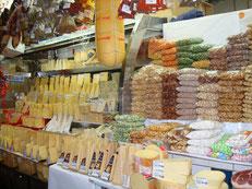 豊富な種類のチーズが並んでいるチーズ屋さん。