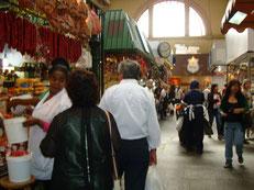 混雑している市場の風景。