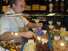 ドライフルーツやナッツがいっぱい揃っている乾物のお店。