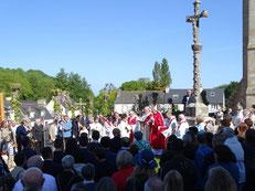 Bénédiction des paroissiens à la fontaine, avant de rejoindre l'église en procession, sous un un soleil MAGNIFIQUE.