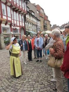 """Die """"zünftige"""" Stadtführerin erklärt uns die Stadt"""