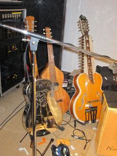 ボブのギター 真ん中がスクエアギター、右がインド製?の20弦以上ある弦楽器♪