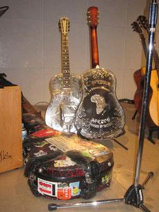 ボブのリゾネーターとギターケース♪ ボブはこのギターケースに片足を乗せリズムを出します。