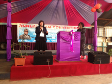 Karin predigt auf der Convention