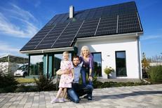 Familie die Energiekosten senkt