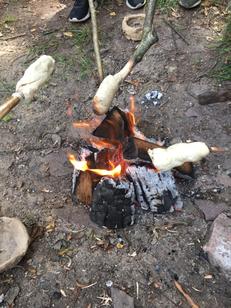 Heute haben wir mal wieder ein Feuer gemacht und Stockbrot gegrillt.