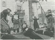 Pedro Echávarri Vega, en su papel del cura don Fortunato, corre hacia el lugar en el que luchan los dos ejércitos y han caído ya los primeros heridos. (Foto: Arturo G. Rosquil/Montxo A.G.)