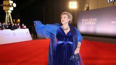 """Marie-Luise Marijan, die Mutter Beimer aus der Fernsehserie """"Lindenstrasse"""", schreitet in einem schön blauen Kleid als eine der ersten über den roten Teppich. (Alle Bilder ZDF)"""