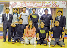 伊調馨選手(中)がレスリング部を激励した=八重山高校
