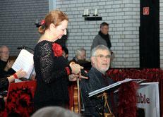 Brigitte Hoffmann-Loss begrüßt die Konzertbesucher