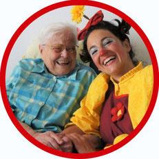 Bewohnerin eines Seniorenstift aus dem Landkreis Stuttgart freut sich sehr über den Besuch der therapeutischen Geriatrie-Clownin Erna Blümle aus Esslingen