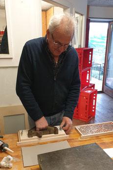 Der Obmann Stellvertreter des BZV Malta Sima Gottfried beim unermüdlichen Bekleben der Fotoplatten