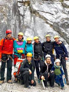 Studenten aus dem Studiengang Outdoor- und Tourismusmanagement im Ötztal bei der Ausbildung zum Wald- und Hochseilgarten-Guide