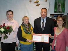 Ronald Kaltwasser (VEOLIA) überreicht den Förderscheck Vertretern der Umweltbibliotheken Corinna Borrmann (UB Rostock, links), Thea Luchterhand (UB Stralsund, 2.v.l.) und Annett Beitz (UB Neubrandenburg, rechts)