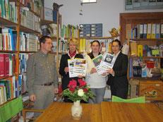 Frau Stüdemann (rechts) und Frau Ewert (2. v. l.) überreichten einen Förderscheck für den Erwerb neuer Medien