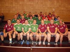 In rot die Allstars, in den hellen Trikots die erste Mannschaft und in den dunkleren Trikots die Reserve der TV Gescher Handballer
