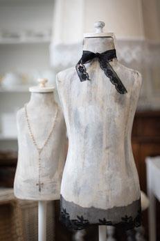 Zwei Kleiderpuppen im shabby-chic style