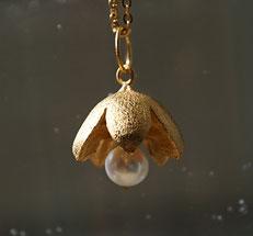 Schmuckanhänger Blüte aus Silber vergoldet mit Perle