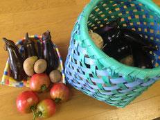 お客さまから頂いた籠と野菜