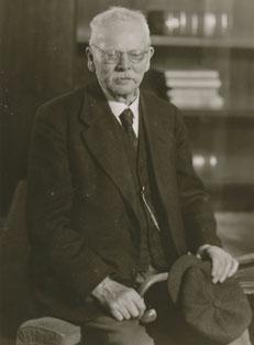 Friedrich Langewiesche im Alter von etwa 85 Jahren. Der Heimatforscher war bis ins hohe Alter sehr rüstig, lediglich seine Sehkraft ließ nach. (Museum Bünde)