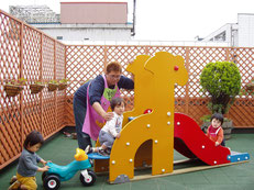 晴れた日は屋上園庭で遊びます。