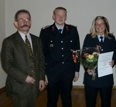 Nicole Hoffmann wurde zur Hauptfeuerwehrfrau befördert. Wehrleiter Johannes Schäfer und Verbandsgemeindebürgermeister Eike Trumpf gratulierten dazu.