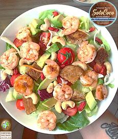 Rezept für frischen Salat mit in Kokosöl von SoloCoco gebratenen Garnelen