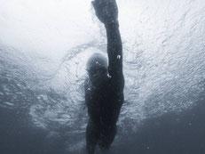 natation en noir et blanc