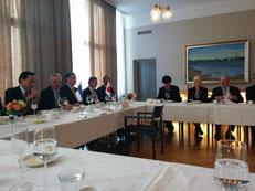 黒岩知事とオウル市長による調印後の昼食会