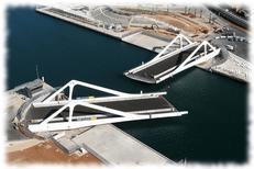 El puente giratorio de la Marina Real Juan Carlos I del puerto de Valencia. Comunidad Valenciana.
