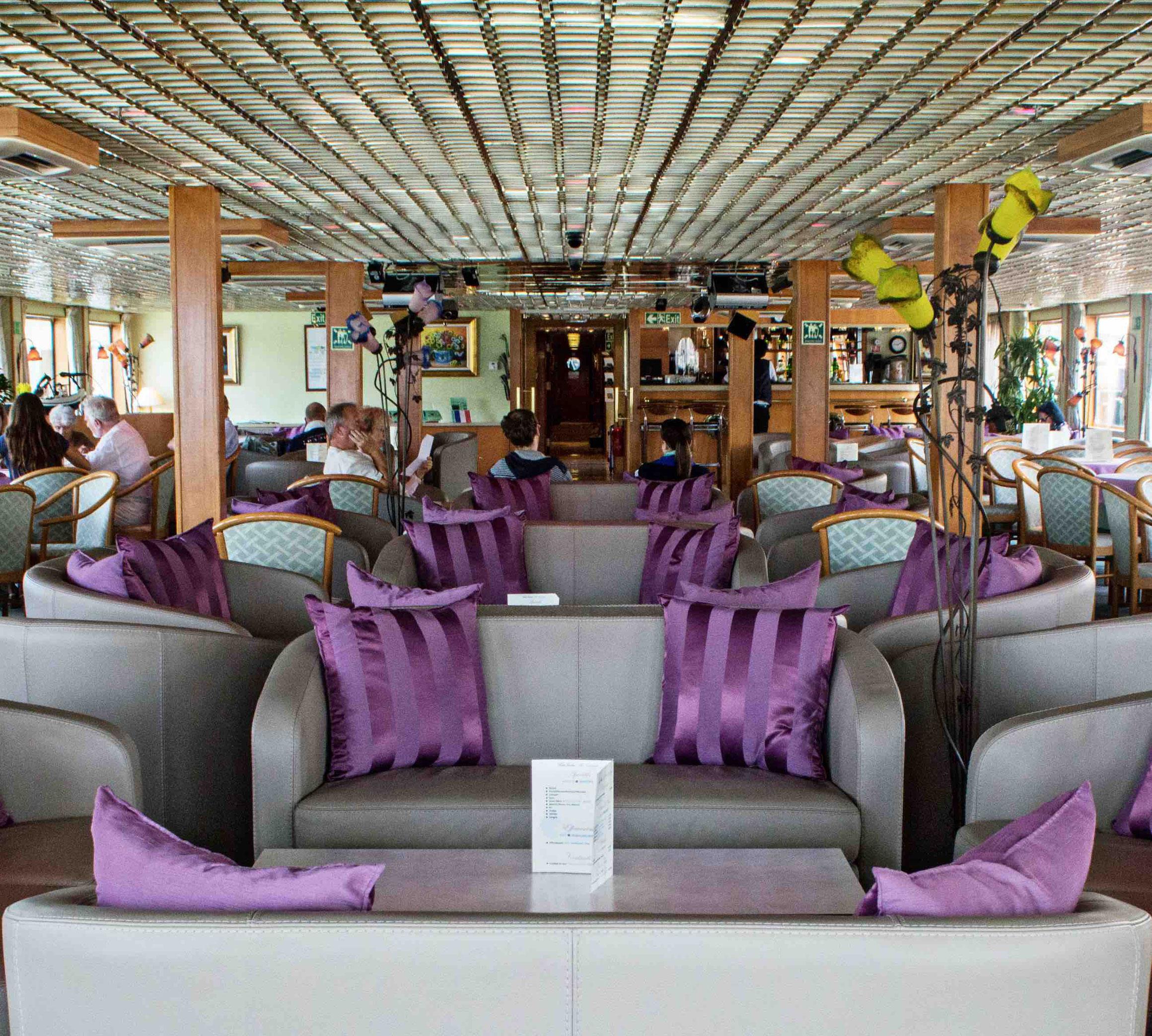 MS La Belle de Cadix Salon mit Bar